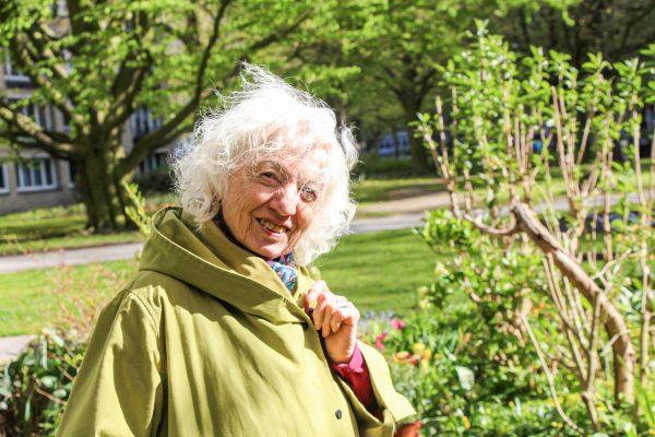 Urban-Gardening-Pionierin Rosemarie Lehmann in ihrem Garten Kunterbunt. Foto: Alana Tongers