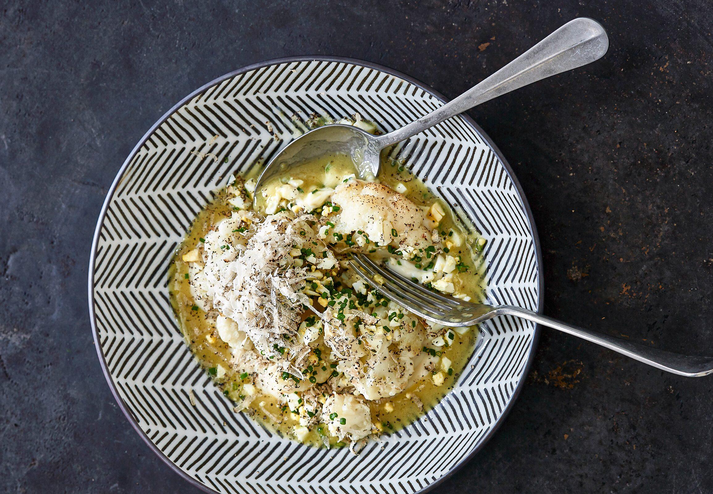 Profikoch Marianus von Hörsten teilt ein Rezept aus seinem Kochbuch mit uns: Blumenkohl mit Ei und Trüffel. Foto: Julia Hoersch