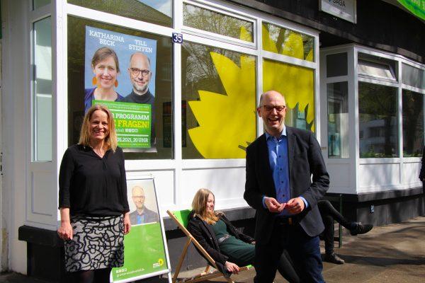 Am Freitag eröffneten der grüne Direktkandidat Till Steffen und Kreisvorsitzende Gabriele Albers das Wahlkampfbüro in der Methfesselstraße. Foto: Julia Haas