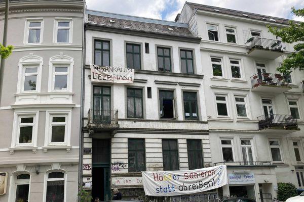 Mit Bannern protestierten die Linke und Markus Kienast gegen den geplanten Abriss.