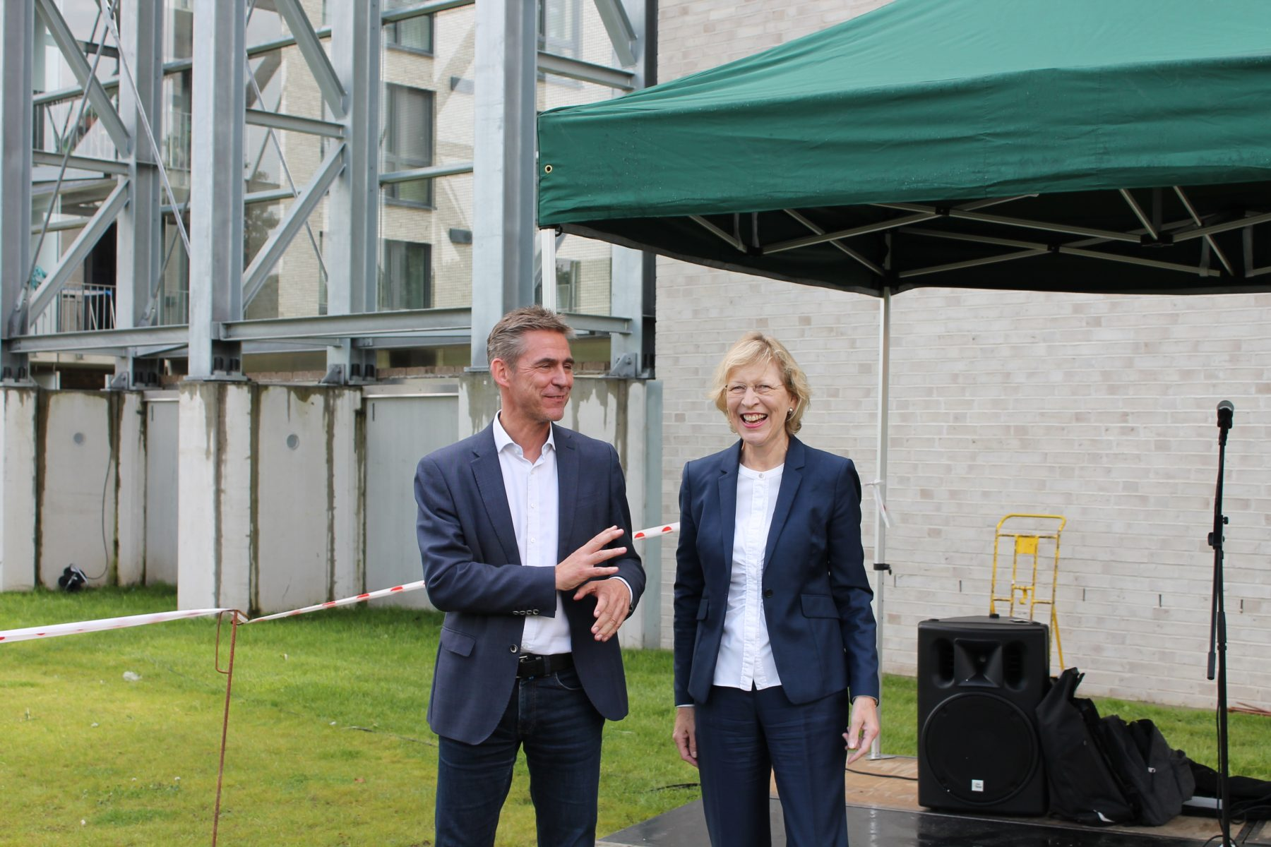Bezirksamtsleiter Kay Gätgens und Stadtentwicklungssenatorin Dorothee Stapelfeld kamen zur Einweihung der Aktivzone in Eidelstedt. Foto: Julia Haas