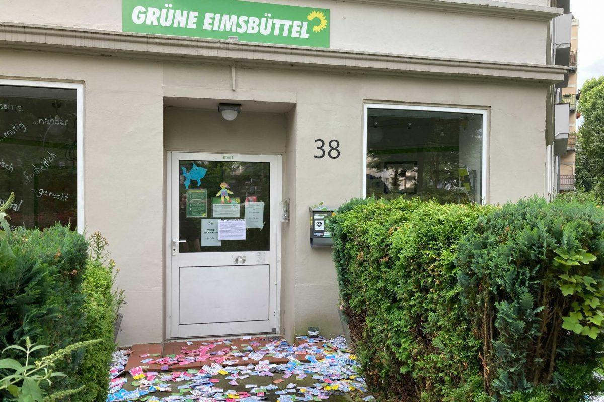 Hunderte Visitenkarten vor dem Büro der Eimsbütteler Bezirksfraktion der Grünen.