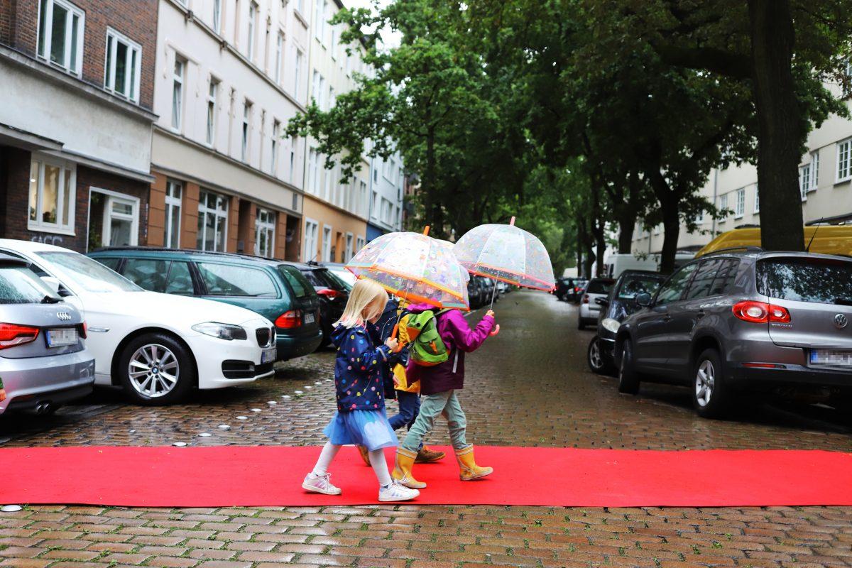 """Am Freitag legte die Elterninitiative """"Sicherer Schulweg"""" rote Teppiche vor drei Schulen in Eimsbüttel und Altona aus. Foto: AG Sicherer Schulweg"""